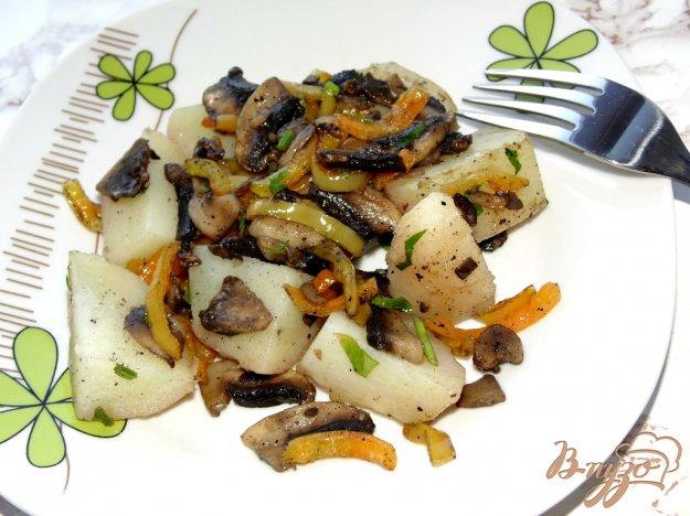 фото рецепта: Отварной картофель со сладким перцем и шампиньонами