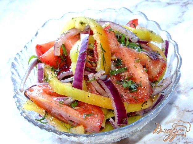 фото рецепта: Салат из помидоров с красным луком и чесночной заправкой