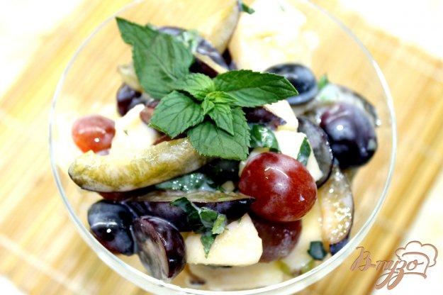 фото рецепта: Фруктовый салат из яблок, слив и винограда