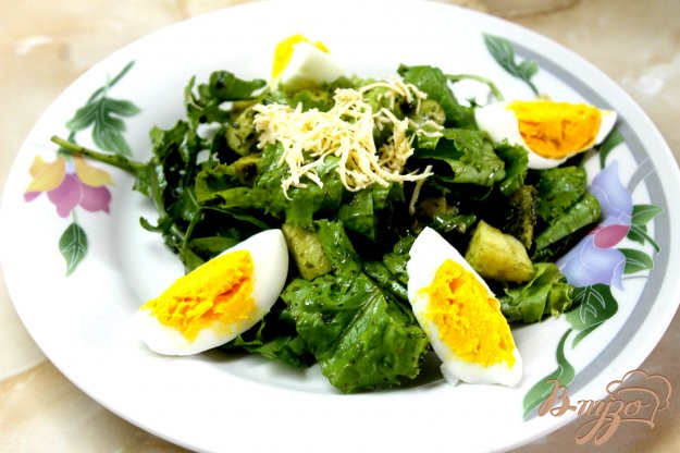 фото рецепта: Салат из зелени с яблоком и яйцом