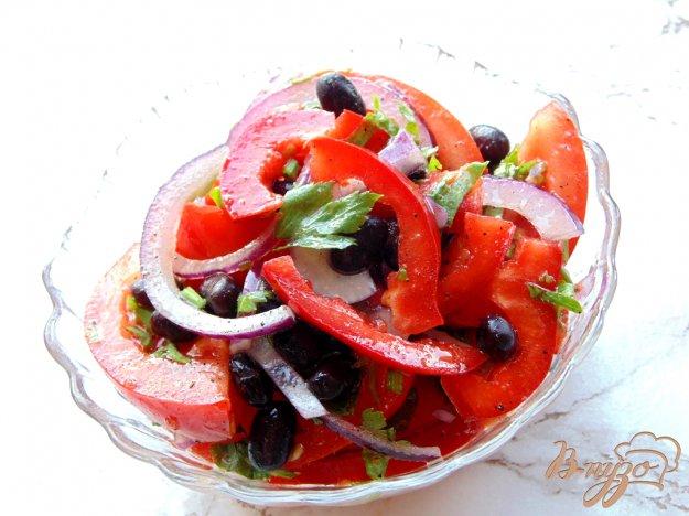 фото рецепта: Салат из помидоров с красным луком и фасолью