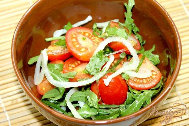 фото рецепта: Быстрый салат с помидорами черри, рукколой и маринованным луком