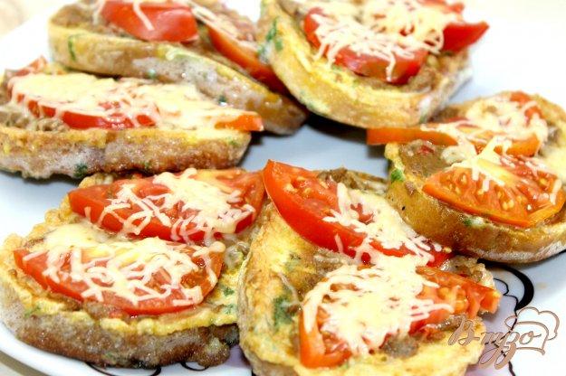 фото рецепта: Яичные гренки с печеночным паштетом и помидорами