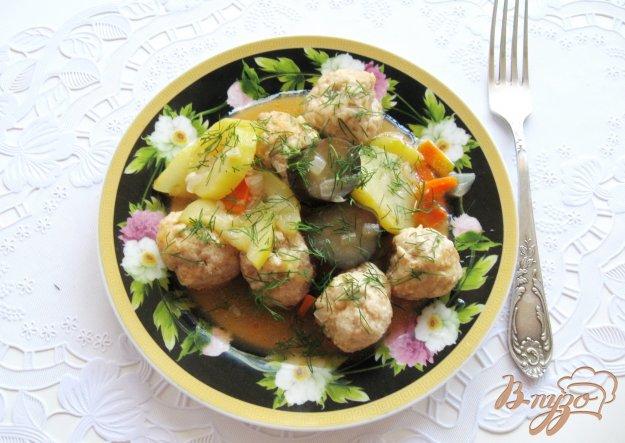 фото рецепта: Куриные тефтели с кабачками и баклажанами в соусе