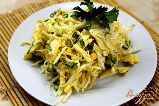 фото рецепта: Капустный салат с твердым сыром и яйцом
