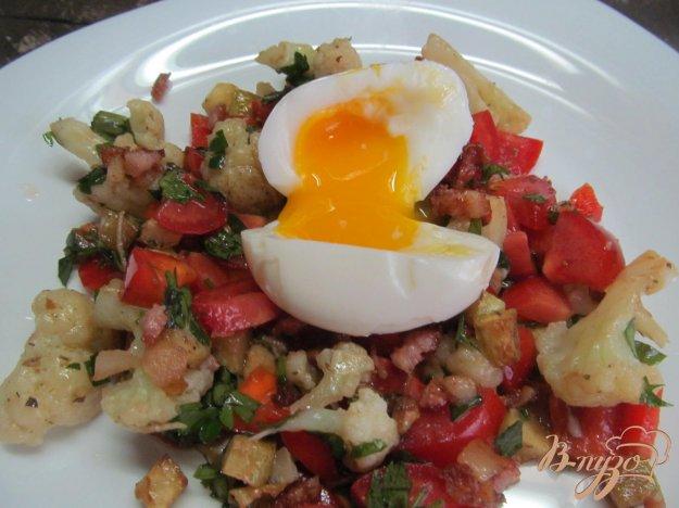 фото рецепта: Салат из цветной капусты с беконом и яйцом