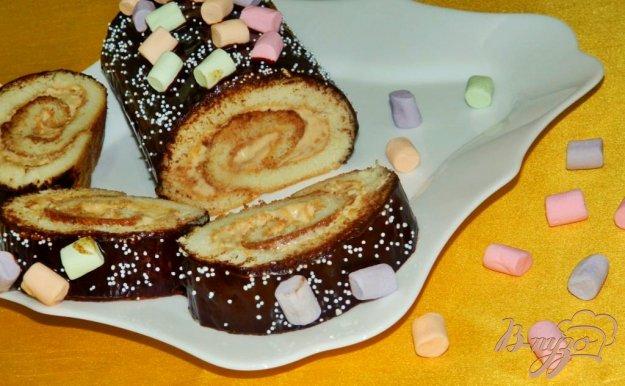 фото рецепта: Бисквитный рулет с вареной сгущенкой и сливками