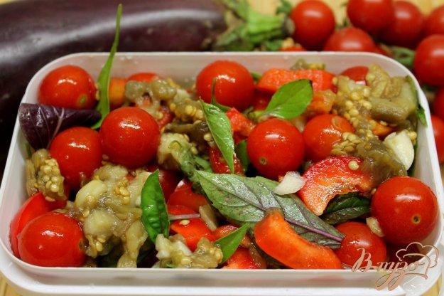 фото рецепта: Помидоры черри с баклажаном, перцем и базиликом на зиму