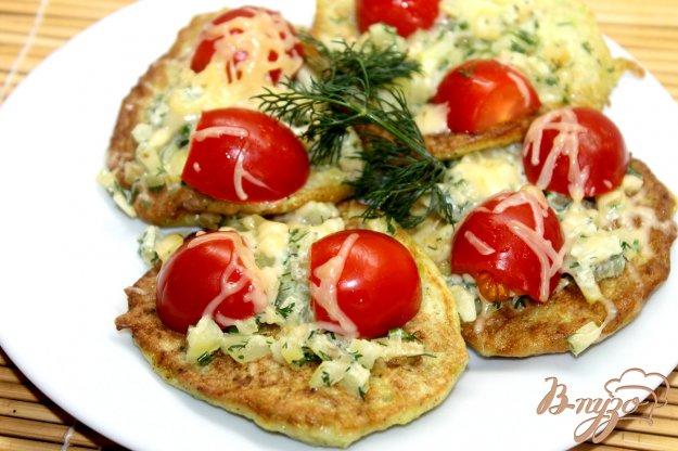 фото рецепта: Кабачковые оладьи с черри и сыром