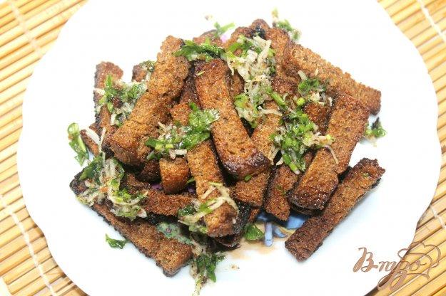 фото рецепта: Сухарики из ржаного хлеба с чесноком и зеленью