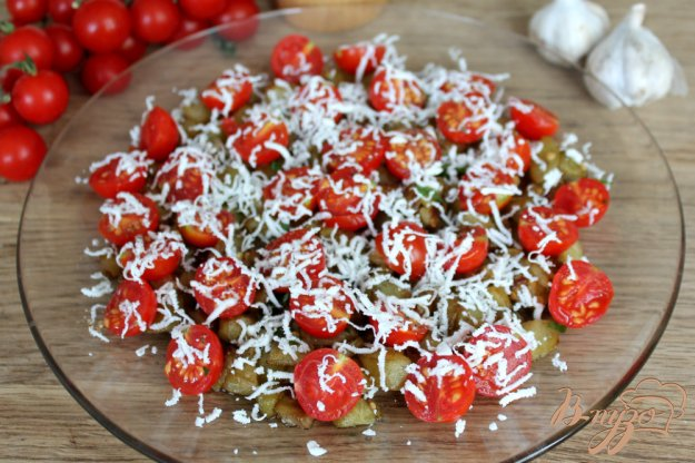 фото рецепта: Теплый салат из баклажан с помидорами черри и брынзой