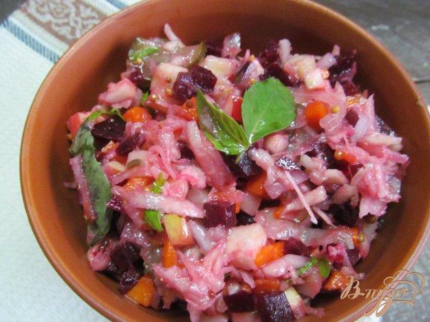 фото рецепта: Винегрет с капустой кольраби и яблоком