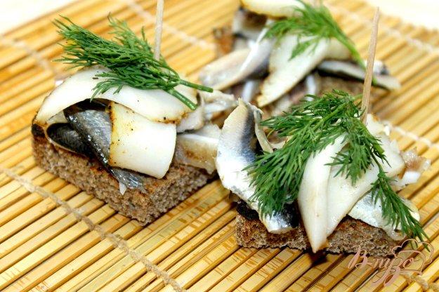 фото рецепта: Деревенские ржаные гренки с салакой, ушками и салом