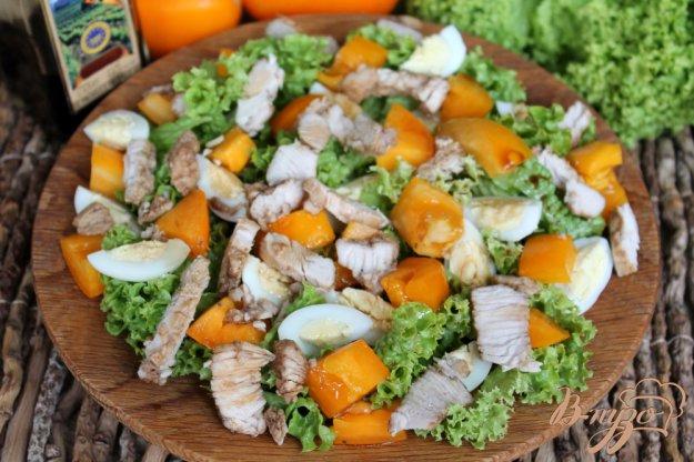 фото рецепта: Салат из желтых помидор с индейкой и перепелиными яйцами