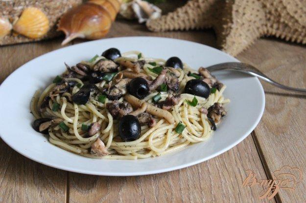 фото рецепта: Спагетти с дарами моря и маслинами