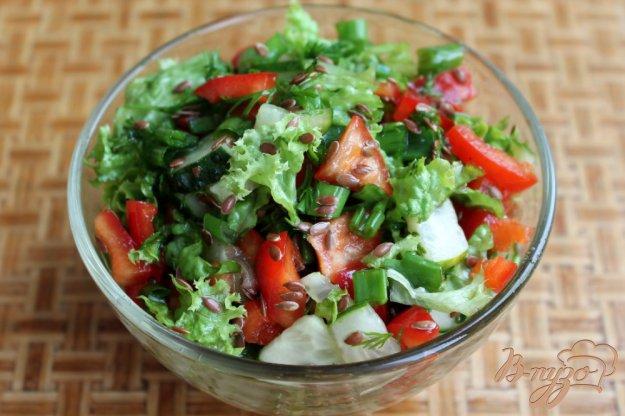 фото рецепта: Салат из огурца и болгарского перца с семенами льна