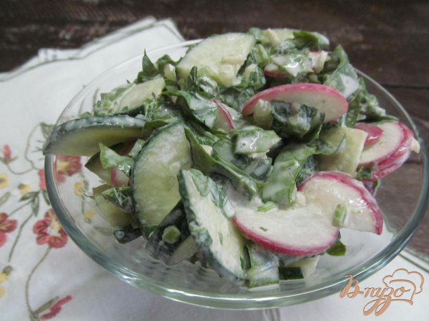 фото рецепта: Салат с ботвой редиса и щавелем