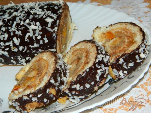 фото рецепта: Бисквитный рулет с начинкой из айвы и сгущёнки