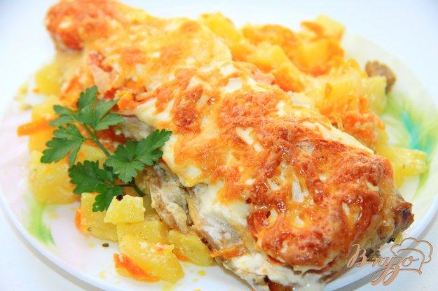 фото рецепта: Скумбрия, запеченная с картофелем под помидорами и сыром