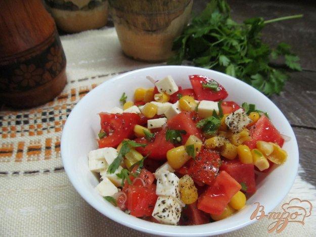 фото рецепта: Салат из помидора с кукурузой