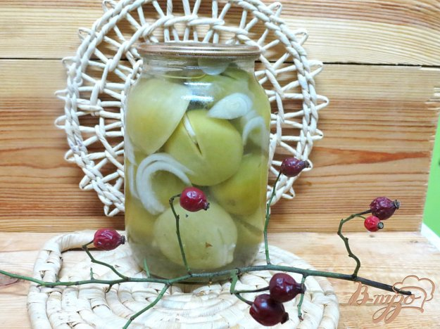 фото рецепта: Зелёные помидоры маринованные с луком и чесноком