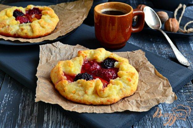 фото рецепта: Творожные галеты с ягодами и сливами