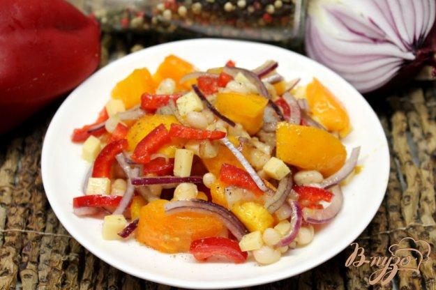 фото рецепта: Салат из помидор с фасолью, сыром и перцем
