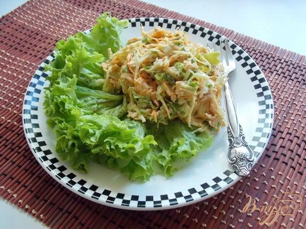 фото рецепта: Салат из свежей капусты с морковью, яблоком и листьями салата