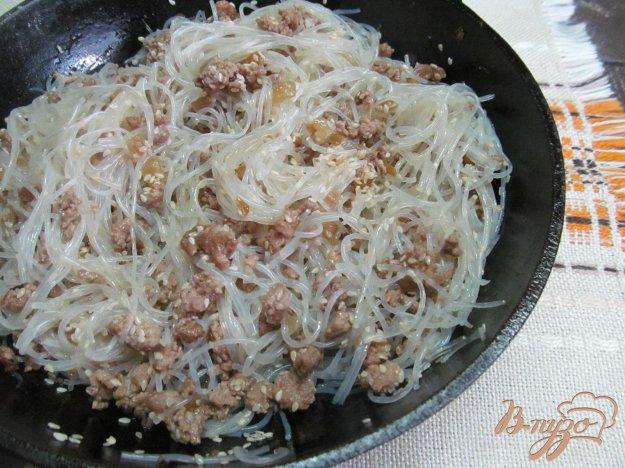 фото рецепта: Фунчоза с фаршем и кунжутом