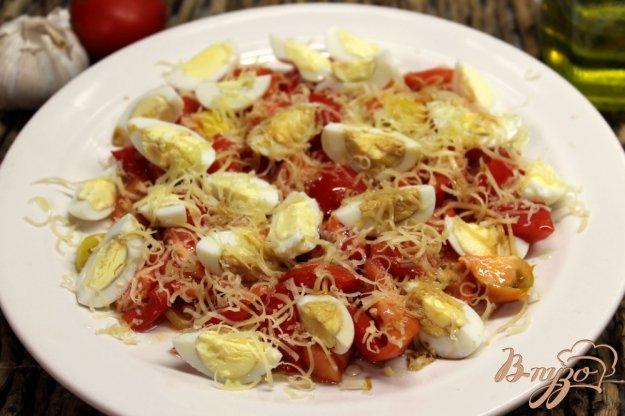 фото рецепта: Салат из помидор с перепелиными яйцами и сыром