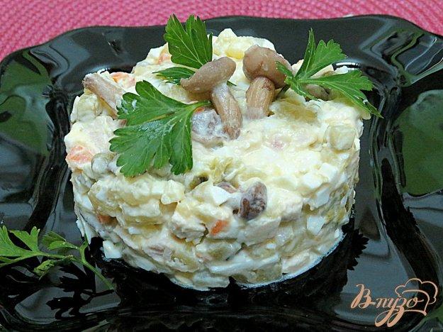 фото рецепта: Салат из куриного филе с маринованными маслятами