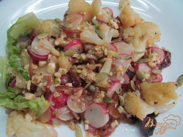 фото рецепта: Теплый салат из цветной капусты с творогом