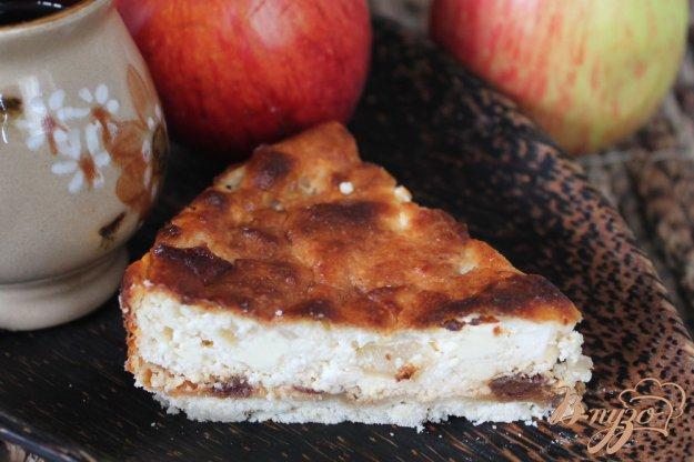 фото рецепта: Творожный пирог с финиками и яблоком