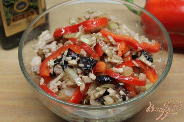 фото рецепта: Мясной салат с маринованным луком, черносливом и перцем