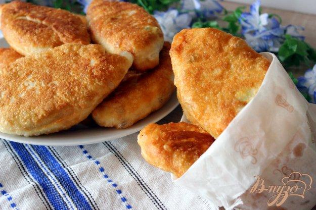 фото рецепта: Жареные пирожки с яйцом, зеленым луком и копченой курицей