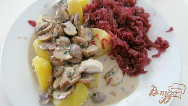 фото рецепта: Отварная картошечка со свеклой и грибами