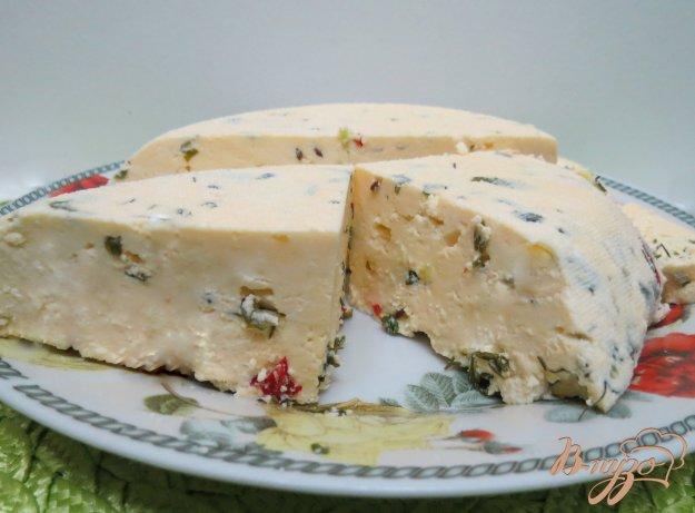 фото рецепта: Сыр домашний с укропом и перцем чили и тмином