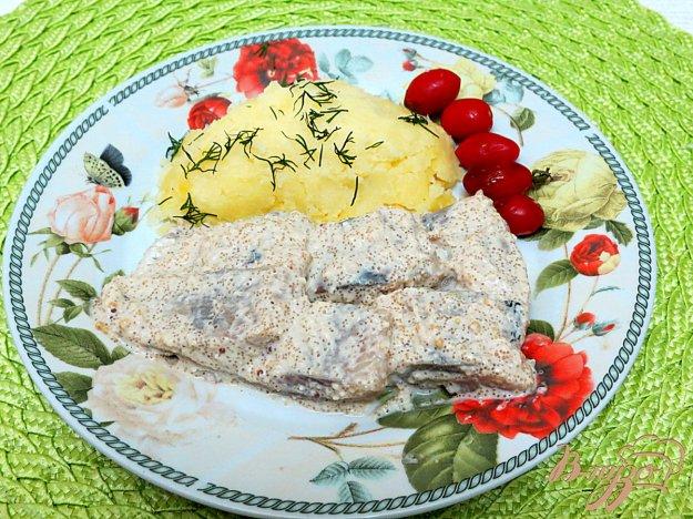 фото рецепта: Сельдь под сметанно-икорным соусом