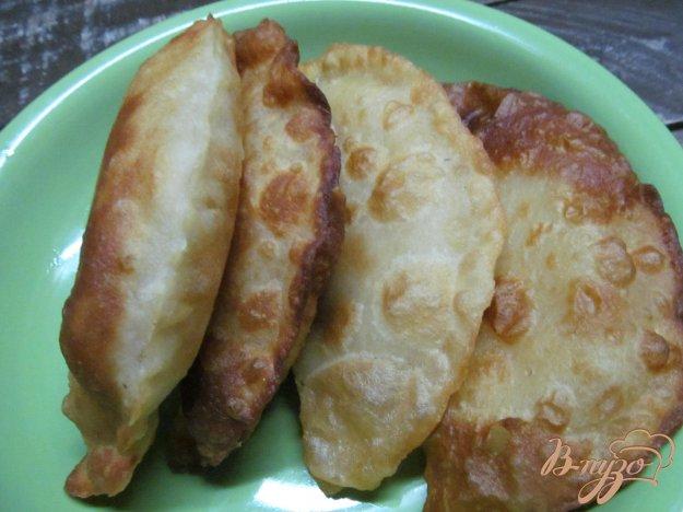 фото рецепта: Чебуреки с фаршем и сыром