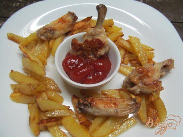 фото рецепта: Куриные крылья с картофелем фри