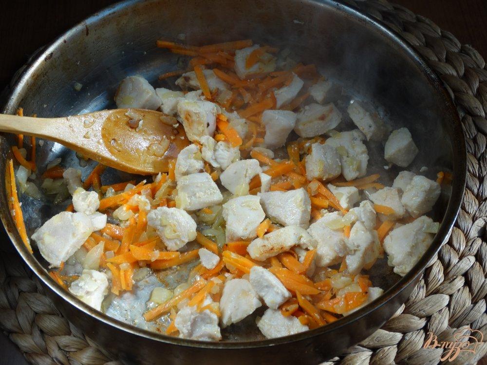 Фото приготовление рецепта: Плов с курицей и изюмом шаг №3