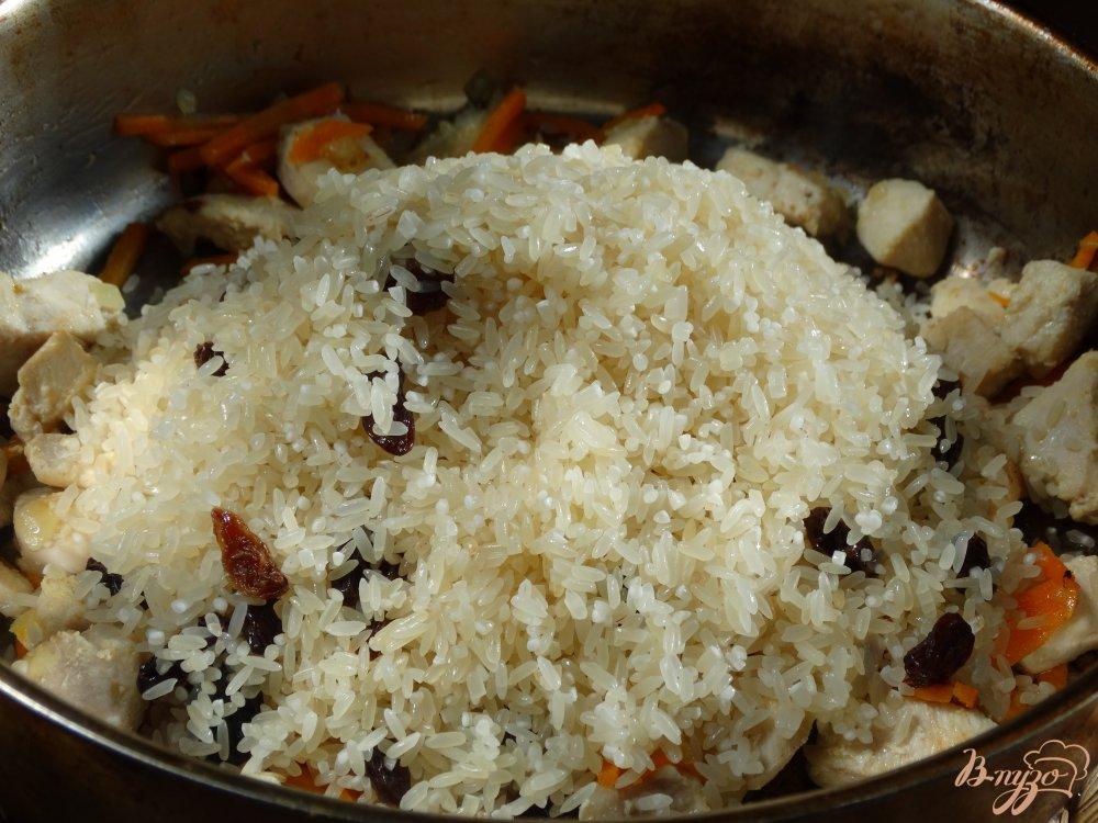 Фото приготовление рецепта: Плов с курицей и изюмом шаг №6