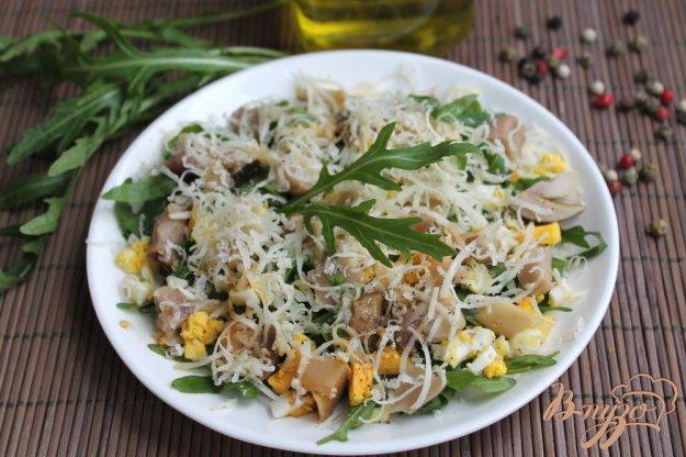 фото рецепта: Грибной салат с яйцом и рукколой