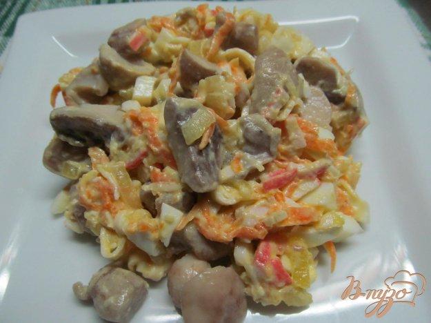 фото рецепта: Салат из крабовых палочек с маринованными грибами