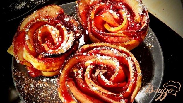фото рецепта: Яблочные розы из слоеного теста