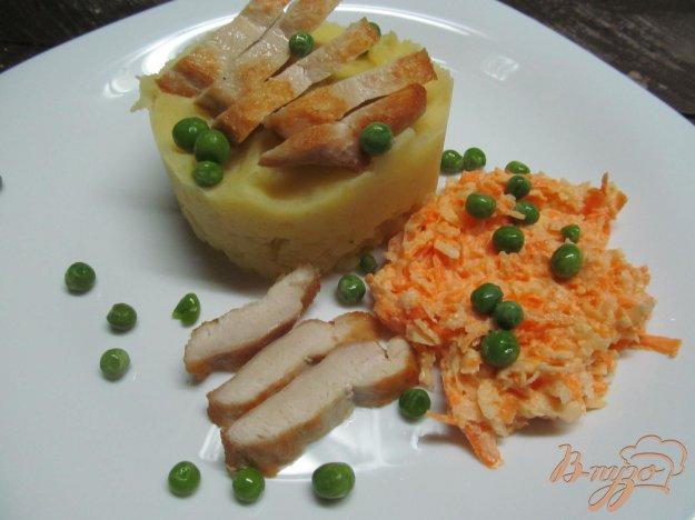 фото рецепта: Куриное филе с картофелем и салатом