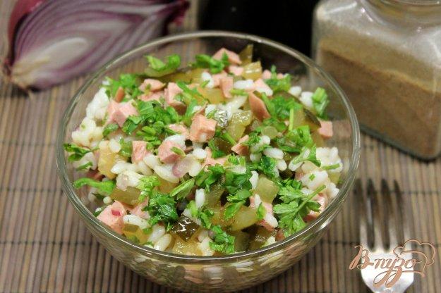 фото рецепта: Рисовый салат с огурцом и колбасой