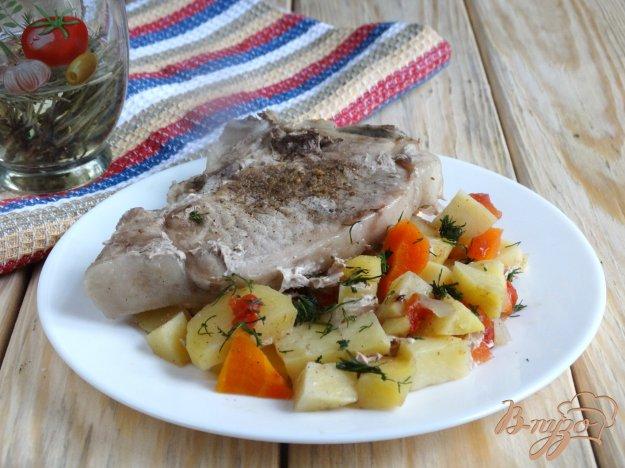 фото рецепта: Свиная корейка на овощной подушке в мультиварке