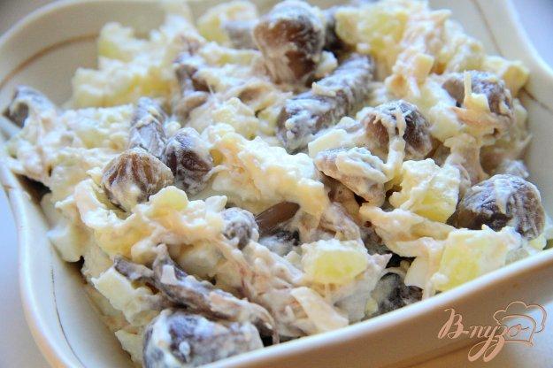 фото рецепта: Салат с маринованными опятами и курицей