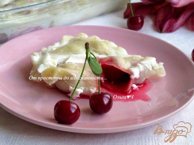 фото рецепта: Запеченные вареники с вишней